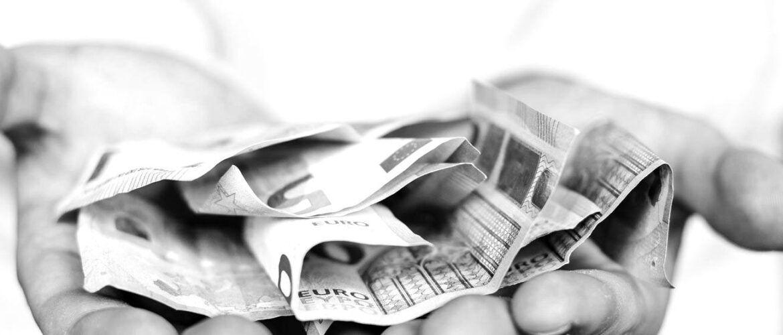 Billets de banque dans les mains d'un investisseur pour une levée de fonds